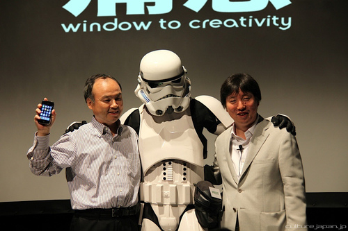 SoftBank Chairman and CEO Masayoshi Son (left) and friends... A key pillar of SoftBank's strategy is 'Aggressive Investment in Internet-related Companies.'