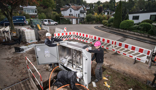 Technicians are hard at work on the extension of Deutsche Telekom's broadband networks.