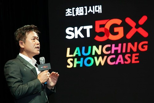 Park Jung-ho, CEO of SK Telecom, talks up the operator's 5G offering on Wednesday at what SKT called the 'beginning of the Age of Hyper-Innovation with 5G' at the company's 5G Launching Showcase.