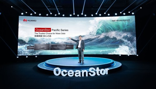 Peter Zhou, President of Huawei Data Storage and Intelligent Vision Product Line, releasing the next-generation OceanStor Pacific Series.