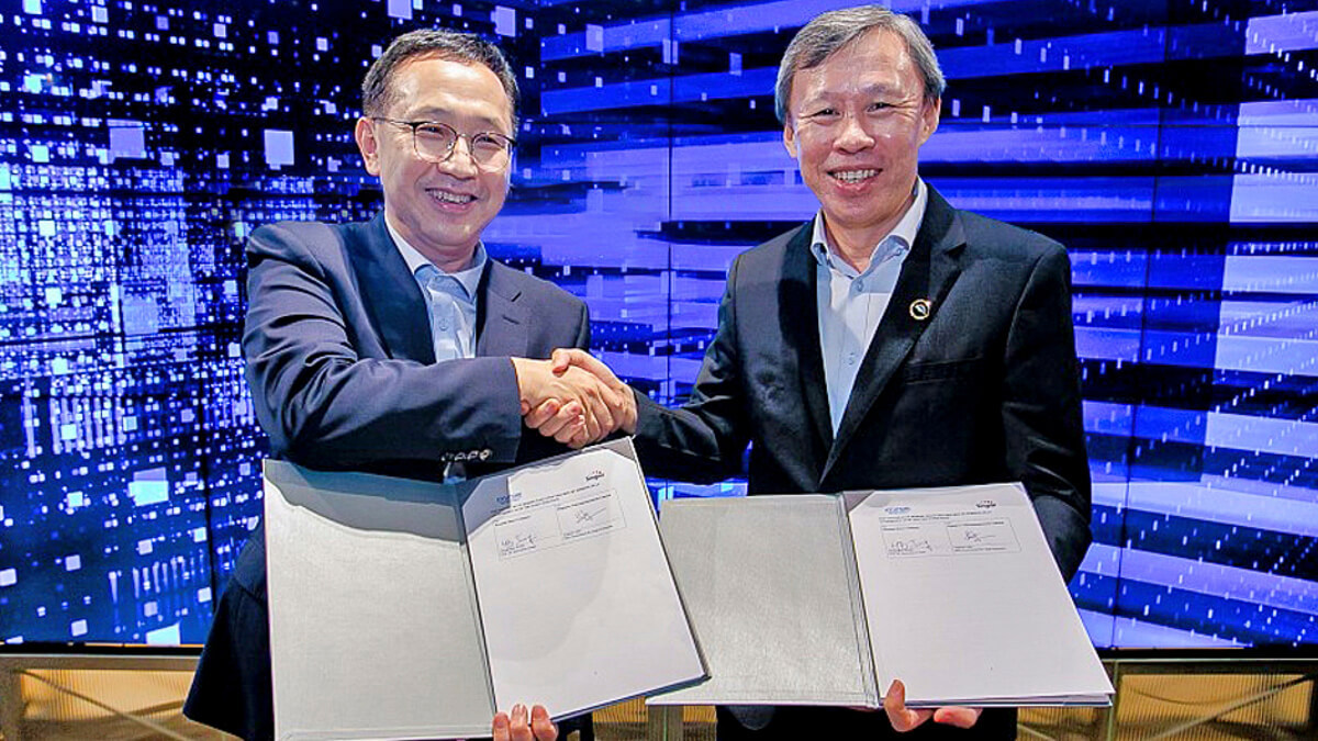Shake on it: Singtel's Andrew Lim and Hyundai's Hong Bum Jung take the obligatory group MoU shot.  (Source: Hyundai)