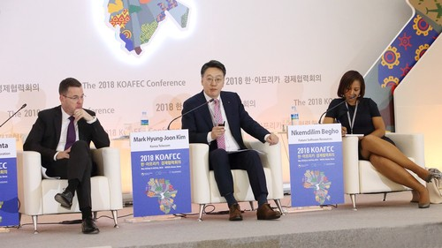 Kim Hyeong-joon (center), managing director of KT Global Business Unit, at the KOAFEC Public-Private Partnership Forum held at BEXCO in Busan.