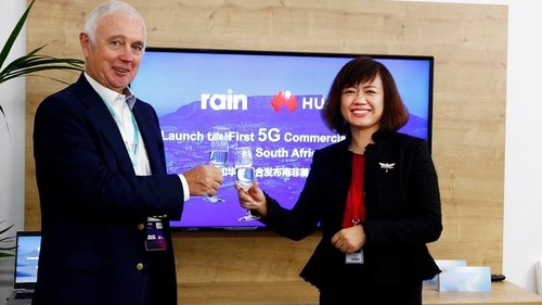 Paul Harris, Rain chairman, and Jacqueline Shi, president of Huawei's cloud core network product line, celebrate their 5G developments.