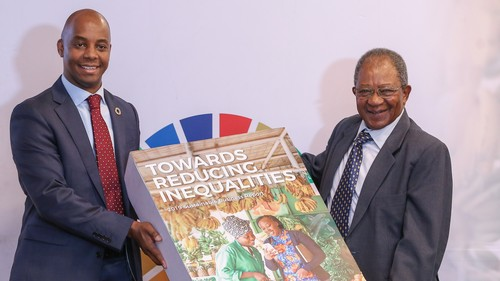 Safaricom chief corporate affairs officer Steve Chege and Safaricom chairman Nicholas Ng'ang'a unveiling the 2019 Sustainable Business Report.