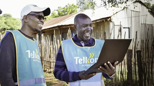 Telkom Kenya executives use the Loon service for the first time in Radad, Kenya. Source: Loon.