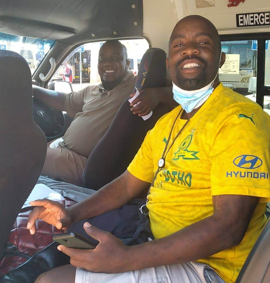 A taxi driver and commuter enjoying the MCT Wi-Fi service.  (Source: MCT)
