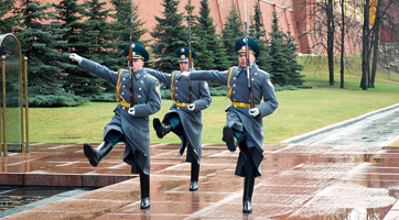 Kremlin Regiment, changing of the guard, Moscow Tomb of the Unknown Soldier.  Photo: Andrew Shiva / Wikipedia / CC BY-SA 4.0