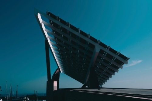 An increasing amount of cities are using solar panels for energy generation, improving the lives of citizens and reducing CO2 emissions. (Image: Biel Morro, Unsplash)