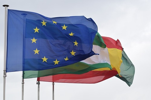 EU nations fly the EU and their country's flag. Likewise, they may have their own interpretation of how providers can advertise fiber -- and that is confusing to consumers and SMBs, argues FTTH Council EU, among others. (Source: Mapixel, under Creative Commons 3.0)