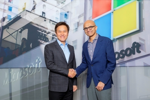 Park Jung Ho, CEO of SK Telecom (left), and Satya Nadella, CEO of Microsoft at a recent meeting