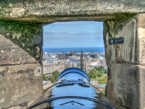 Once again, Edinburgh will meld together old and new, when it combines cobbled streets and cannons with next-gen technologies -- in this case, fiber-optic infrastructure powering smart-city IoT.   (Photo: John Smith,  Pexels)